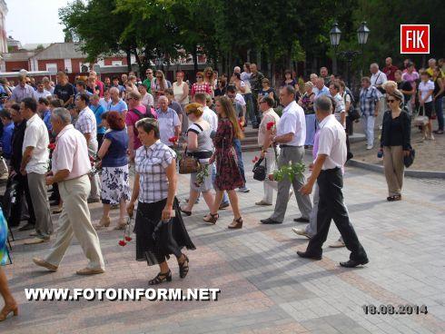 Сегодня, 18 августа, на площади возле театра имени М.Кропивницкого жители Кировограда провели в последний путь погибших воинов отряда специального назначения.