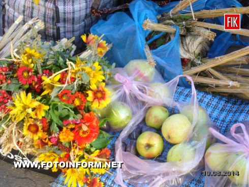 Кировоград: тысячи горожан освятили плоды (фоторепортаж), Яблучный спас в Кировограде
