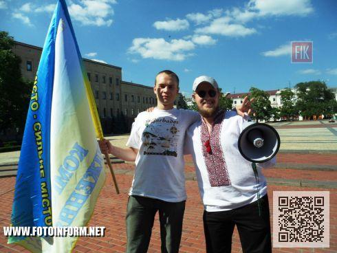На центральной площади нашего города состоялся флешмоб, под названием « Нарисуй Украину без войны».