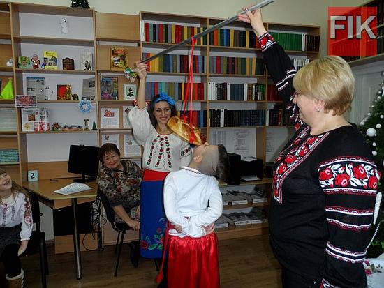 Улюбленими зимовими вечірніми розвагами українців були вечорниці, де вони співали, танцювали, жартували, грали в ігри.