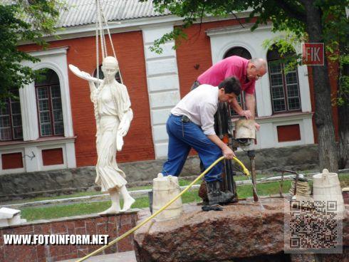 Вчера, 21 августа, на Театральной площади Кировограда проходили работы по установлению скульптуры Наталки Полтавки на место, где она изначально радовала горожан.