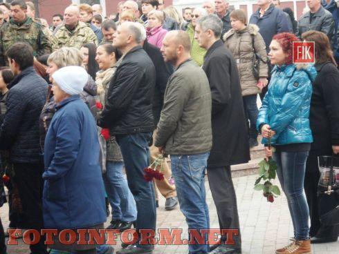 Сегодня, 4 ноября, кировоградцы провели в последний путь воина АТО, командира группы специального назначения Тараса Карпу.