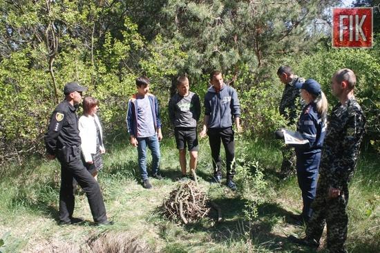 На суворому дотриманні правил пожежної безпеки наполягають рятувальники під час проведення роз'яснювальної роботи серед громадян на території лісових масивів регіону.