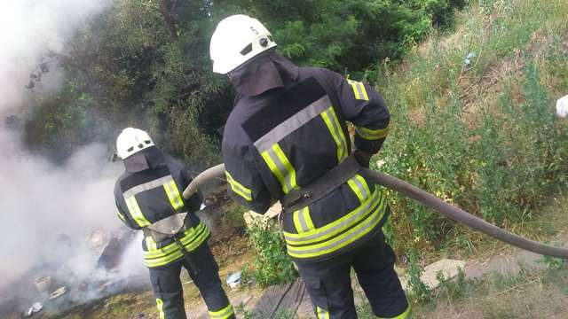 Рятувальники 1-го ДПРЗ м. Кропивницький загасили пожежу 10 м2 сміття по вул. Хабарівська в обласному центрі.