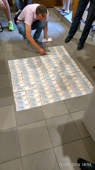 Двох керівників об'єднаної податкової інспекції ДФС затримала у Кропивницькому на хабарі Служба безпеки України спільно з прокуратурою.