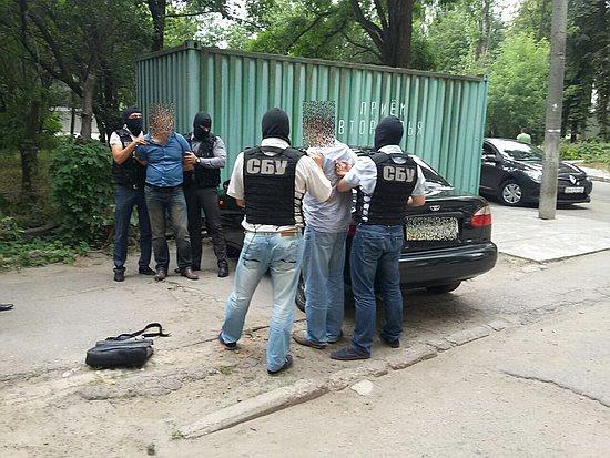 На Кіровоградщині Службою безпеки України у співпраці із прокуратурою області за фактом пропозиції неправомірної вигоди у розмірі 35 тис. доларів США затримано двох осіб.