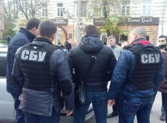 Оперуповноваженого Кіровоградського підрозділу департаменту кіберполіції затримала на хабарі Служба безпеки України спільно з прокуратурою.