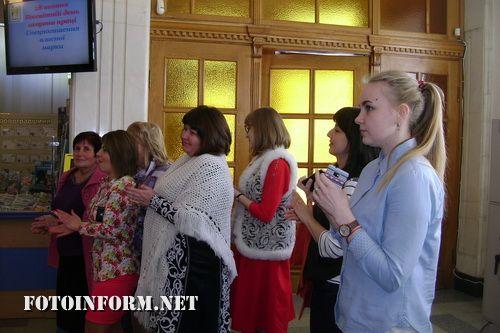 Сьогодні, 27 квітня в центральному офісі Кіровоградської дирекції ПАТ «Укрпошта» зібралися відвідувачі, щоб стати учасниками спецпогашення марки, присвяченої Всесвітньому дню охорони праці.