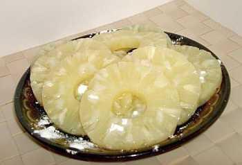 Ананасы выложить на салфетку, обсушить, посыпать сахарной пудрой и оставить на 10 мин.