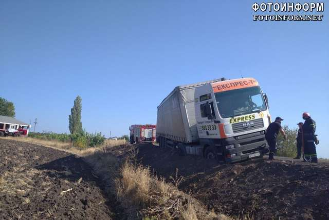 На Кіровоградщині вантажівка злетіла у кювет