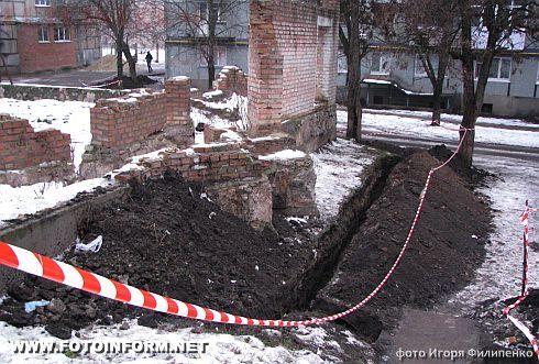 Кировоград: подарок к Новому году - весь двор в траншеях (фото)1