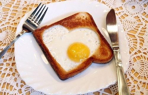 Яичница-сердечко в тосте